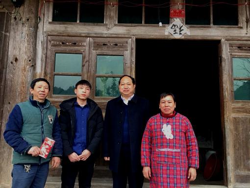 学校党委书记李三福春节期间走访慰问贫困学子